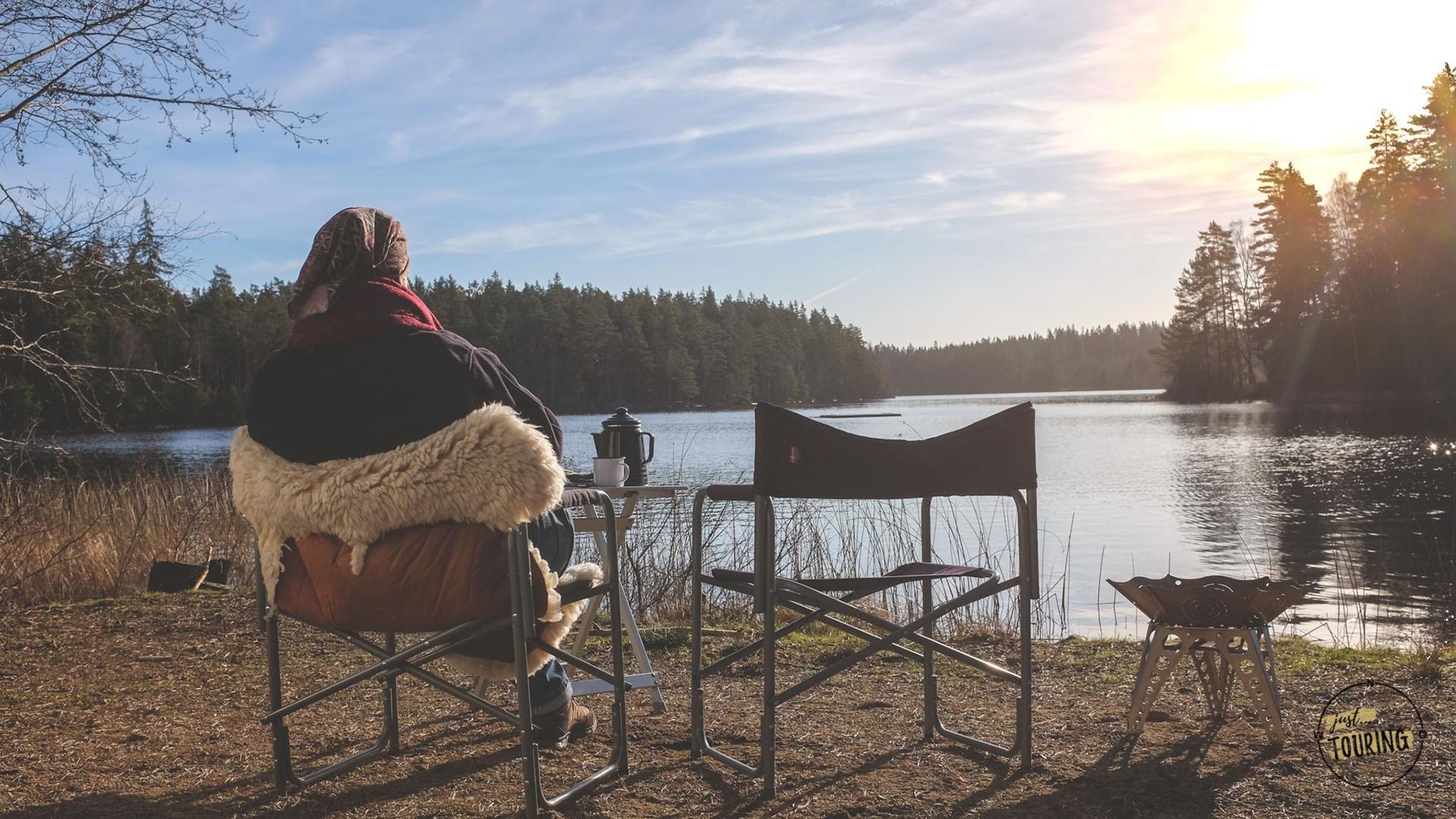 Giuls blickt auf einen See in Schweden