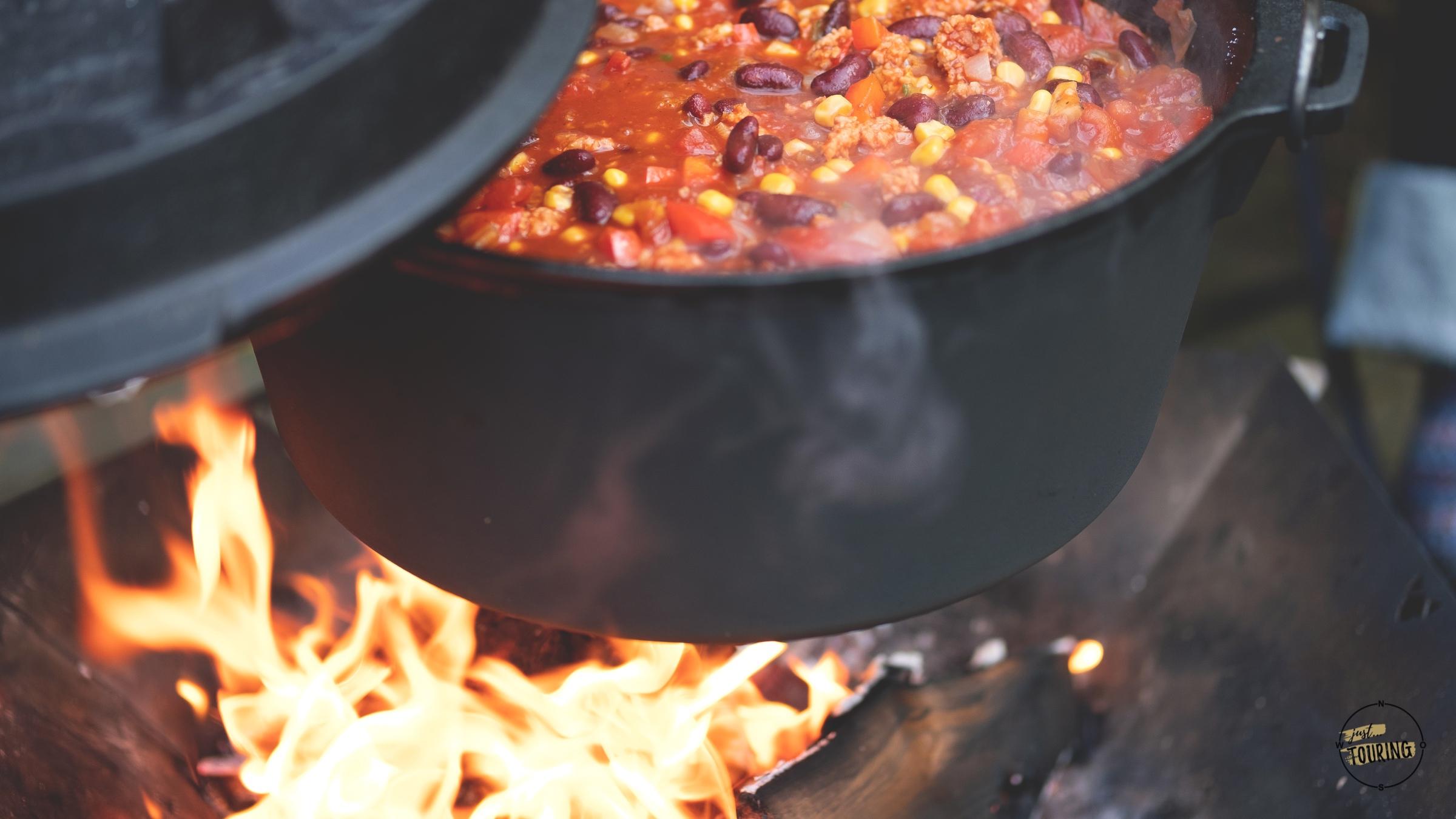 Chili im Dutch Oven Feuertopf